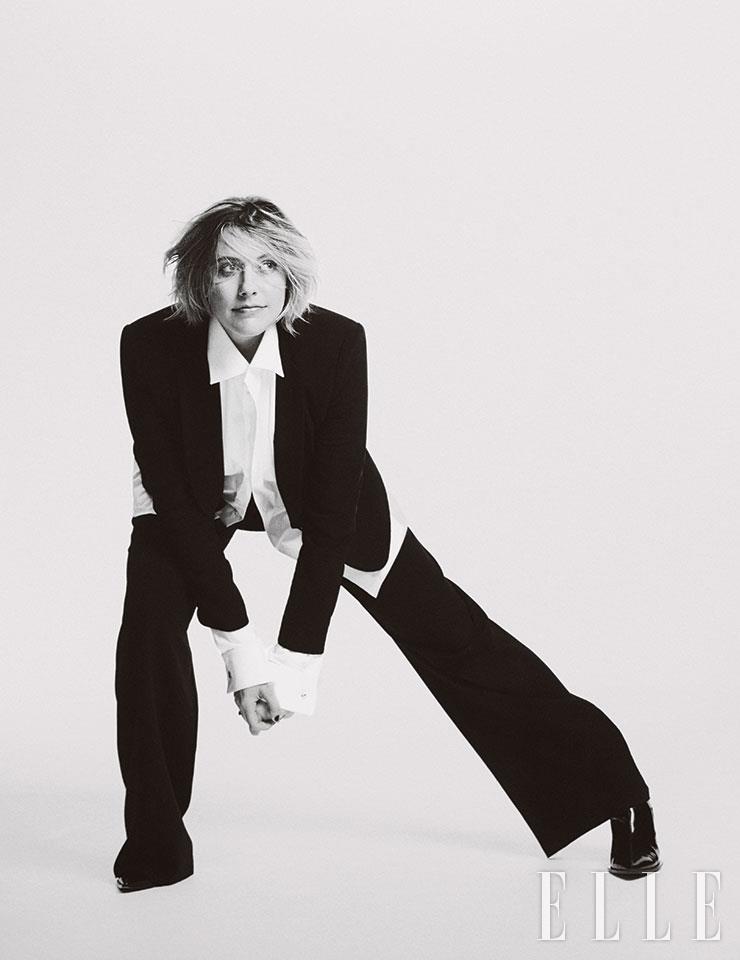블랙 재킷과 팬츠는 모두 Giorgio Armani. 안에 입은 화이트 셔츠는 Eton. 부츠는 Yang Li. 은빛 커프링크스는 Cartier.