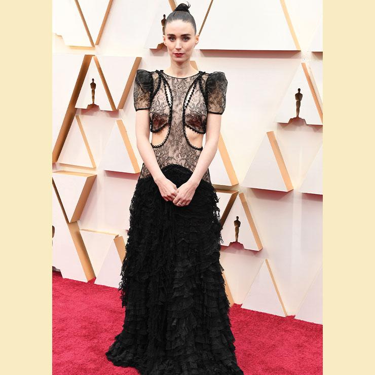 컷아웃 디테일과 섬세한 레이스로 이뤄진 알렉산더 맥퀸 드레스를 선택한 루니 마라. 독특하면서 신비로운 분위기가 돋보인다.