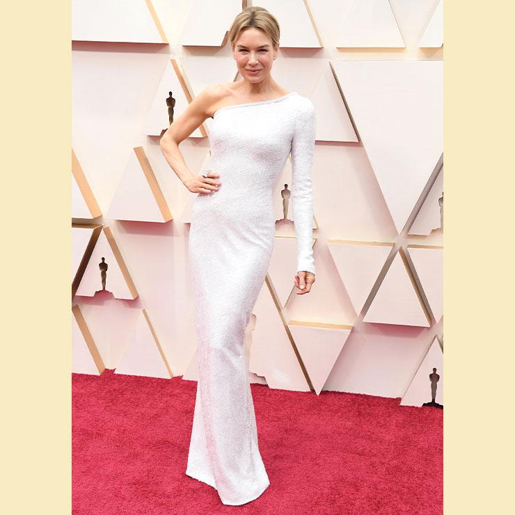 영화 〈주디〉로 여우주연상을 거머쥔 르네 젤위거의 선택은 화이트 시퀸 장식의 아르마니 프리베 원 오프숄더 드레스!