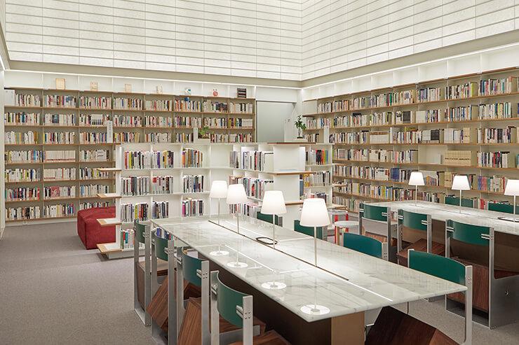 문학을 주축으로 큐레이션한 소전서림의 메인 홀. 세 명의 작가들과 함께 제작한 다이스 체어가 줄지어 있다.