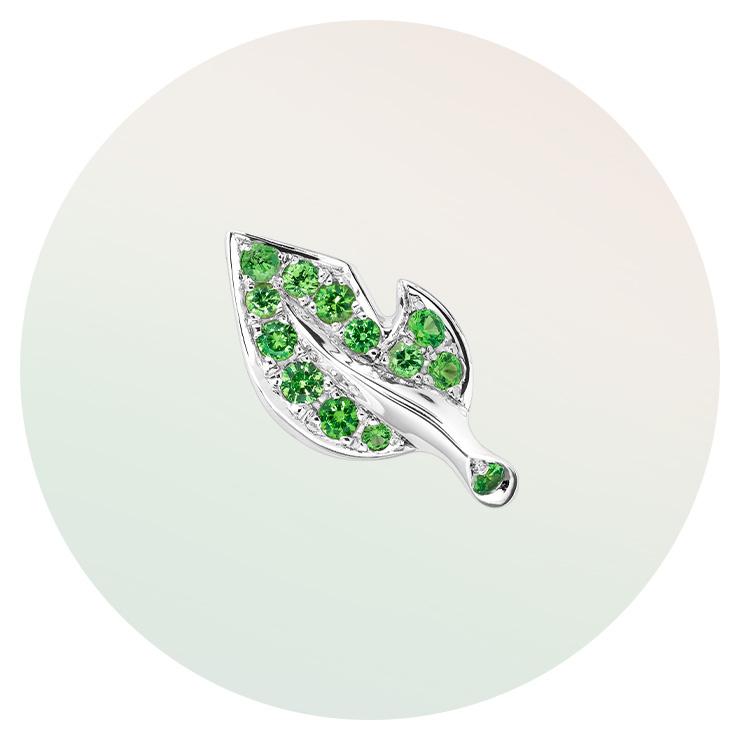 나뭇잎 모티프의 이어링은 Dior Fine Jewelry.