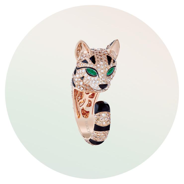 에메랄드와 샴페인, 화이트 골드를 세팅한 '퍼지 레오퍼드 캣' 링은 Boucheron.