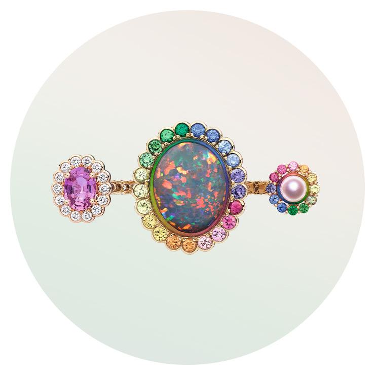 신비로운 컬러의 오팔 진주, 다양한 컬러 스톤이 세팅된 '디올에무아' 브로치는 Dior Fine Jewelry.