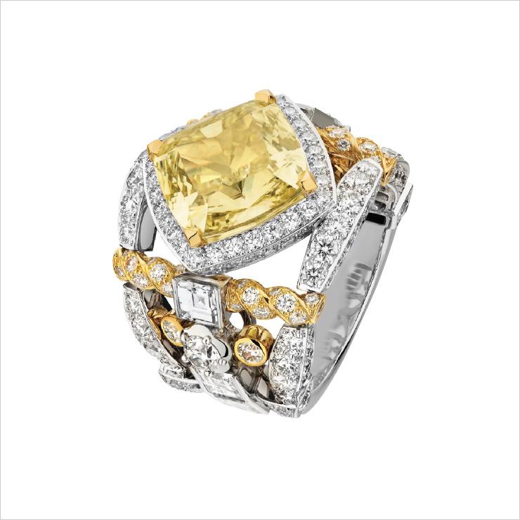 화이트 골드와 옐로 골드에 화이트와 옐로 다이아몬드를 세팅한 '트위드 데띠 링'.