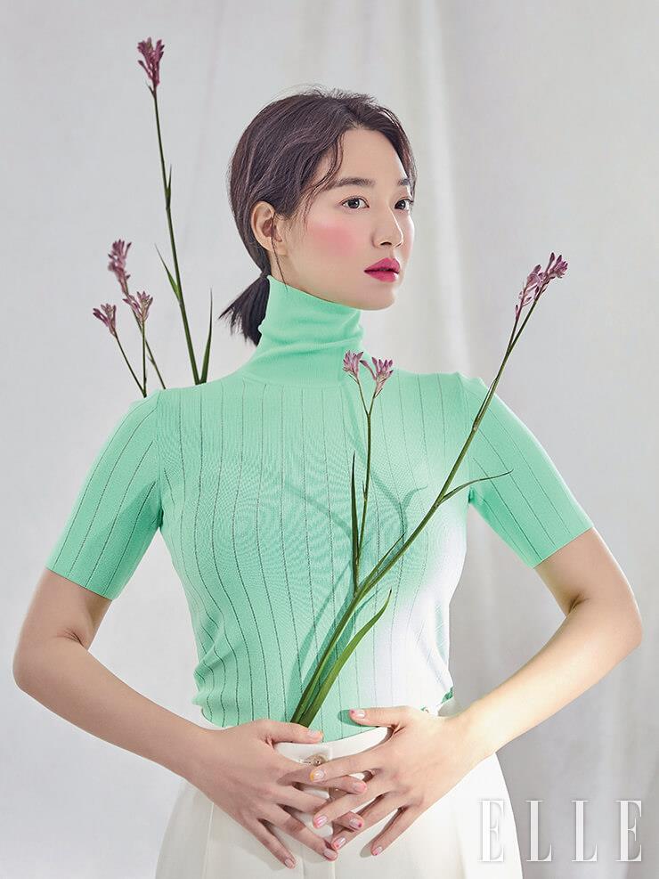네온 그린 컬러의 터틀넥 톱은 CK Calvin Klein. 화이트 팬츠는 Nina Ricci.