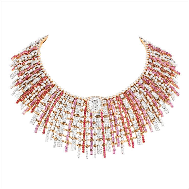 플래티넘과 핑크 골드 소재에 핑크 사파이어와 스피넬, 다이아몬드를 세팅한 '트위드 꾸뛰르 네크리스'.