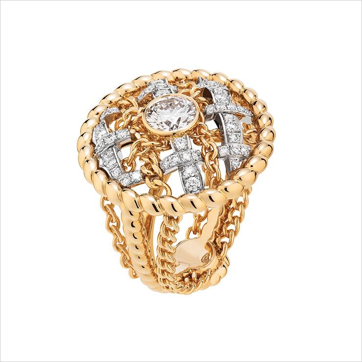 옐로 골드와 플래티넘 소재에 다이아몬드를 세팅한 '트위드 꼬르다지 링'.