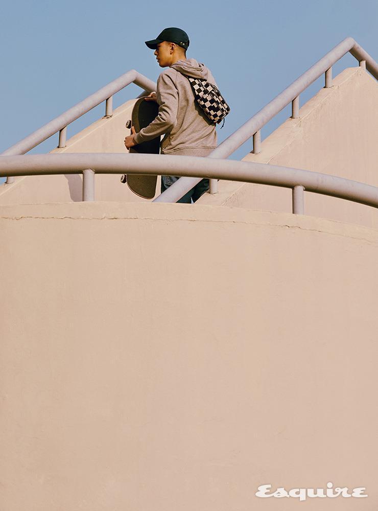 그레이 후디 9만8000원 까웨. 데님 팬츠 12만9000원 리바이스. 체크 패턴 범백 가격 미정 생 로랑 by 안토니 바카렐로. 네이비 캡 가격 미정 에르메스.