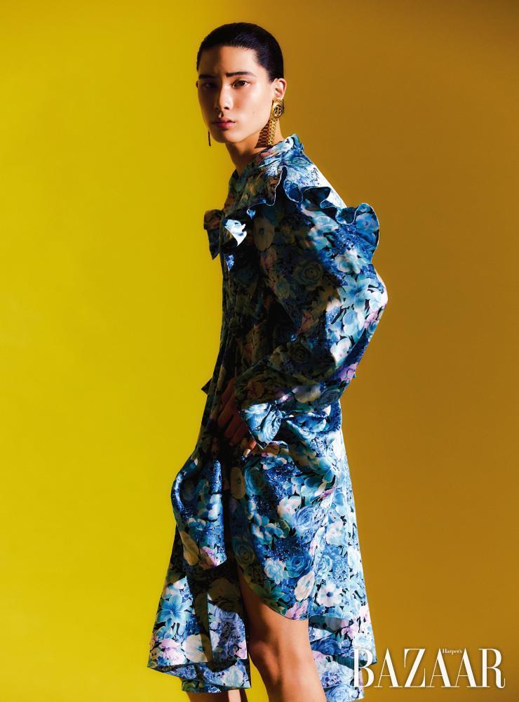 트위스트 러플 드레스, 귀고리는 모두 Balenciaga.