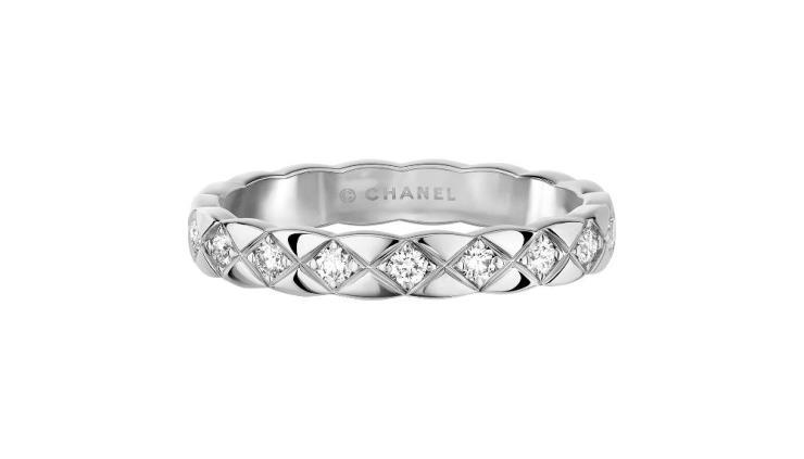 퀼팅 모티프의 18K 화이트골드에 18개의 라운드 컷 다이아몬드를 세팅한 코코 크러쉬 미니 링.