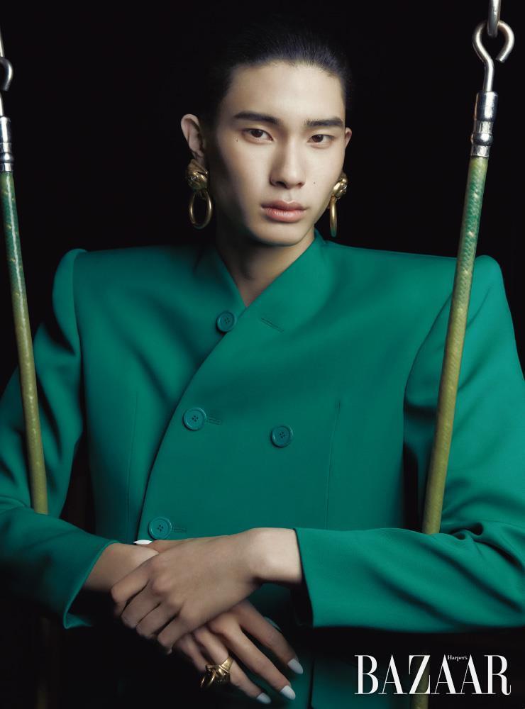 재킷, 귀고리, 반지는 모두 Balenciaga.