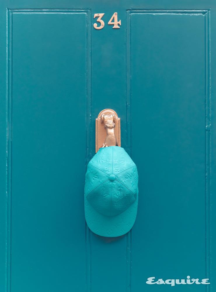 브랜드의 상징을 새겨 넣은 푸른색 가죽 모자. 가죽이 두툼하면서 부드러워 모양이 잘 잡힌다. 가격 미정 루이 비통.