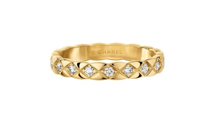 퀼팅 모티프의 18K 옐로골드에 18개의 라운드 컷 다이아몬드를 세팅한 코코 크러쉬 미니 링