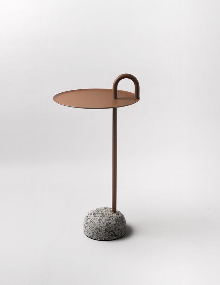 페일 브라운 컬러의 보울러 테이블은 34만원, Hay by Innometsä.