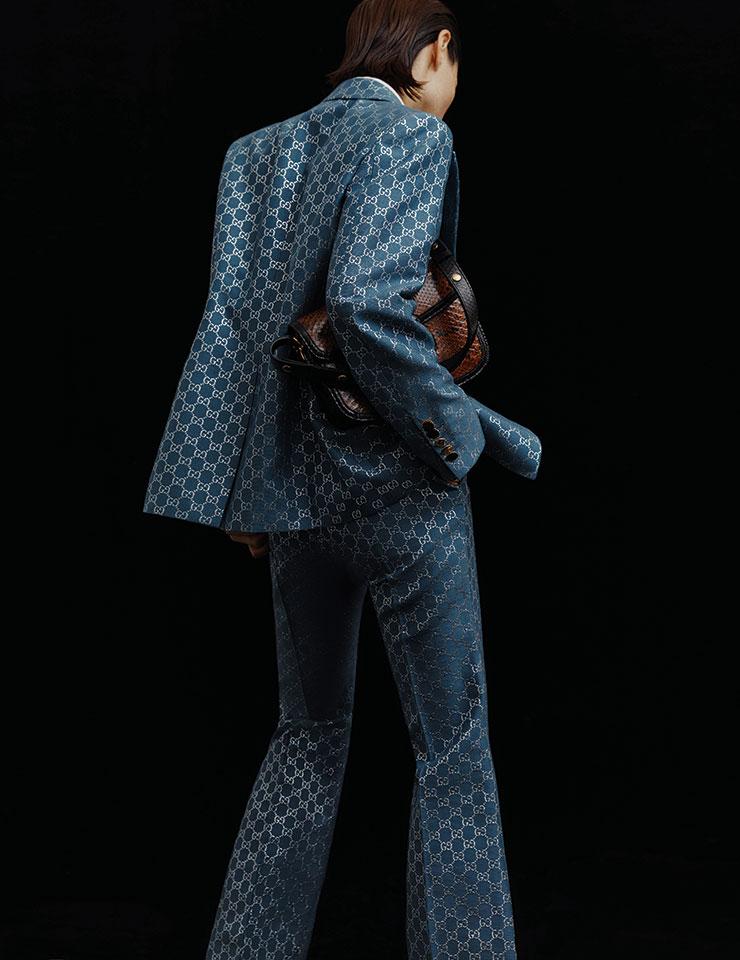 전면에 GG 로고를 수놓은 자카르 소재의 재킷과 팬츠, 이너로 착용한 셔츠, 클래식한 디자인의 '홀스빗' 숄더백은 모두 Gucci.