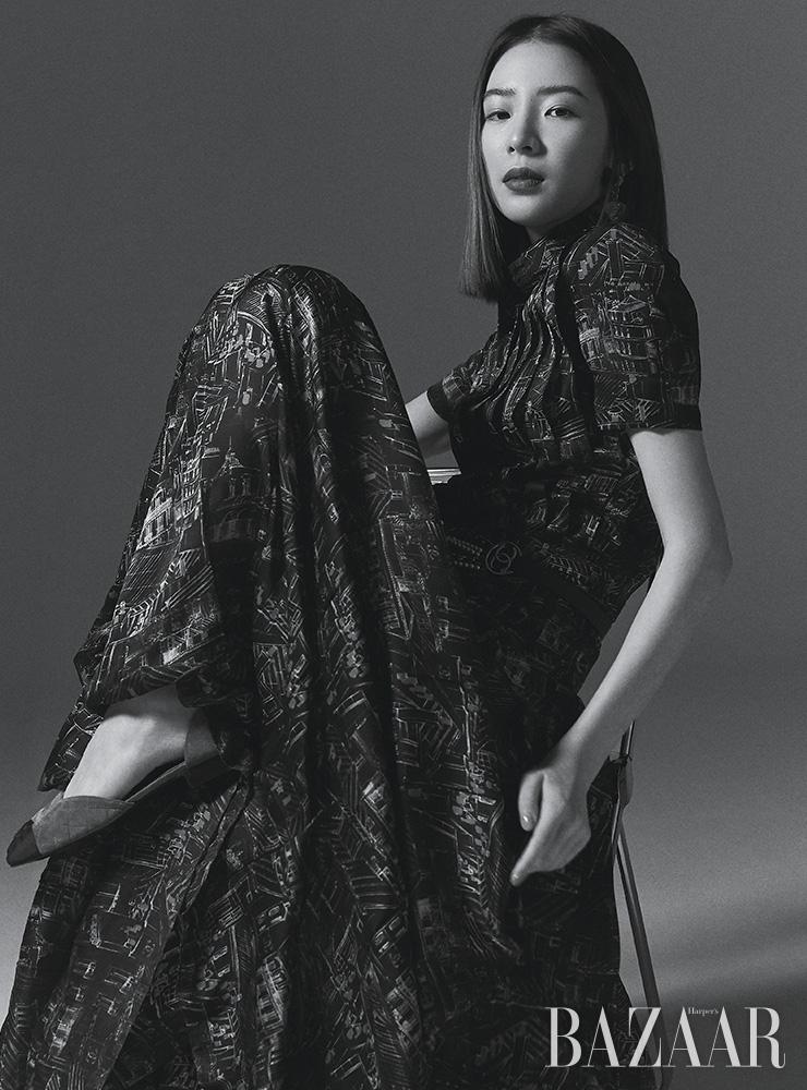 샤르뫼즈 소재 플리츠 드레스, 투 톤 오픈 슈즈는 모두 Chanel.