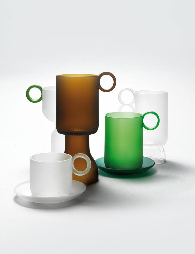 미니 사이즈 컵과 소서는 7만2천원, 그린 컬러 컵과 소서는 7만6천원, 나머지 굽이 있는 컵은 각 9만원, 모두 RE:Bottle Maker.
