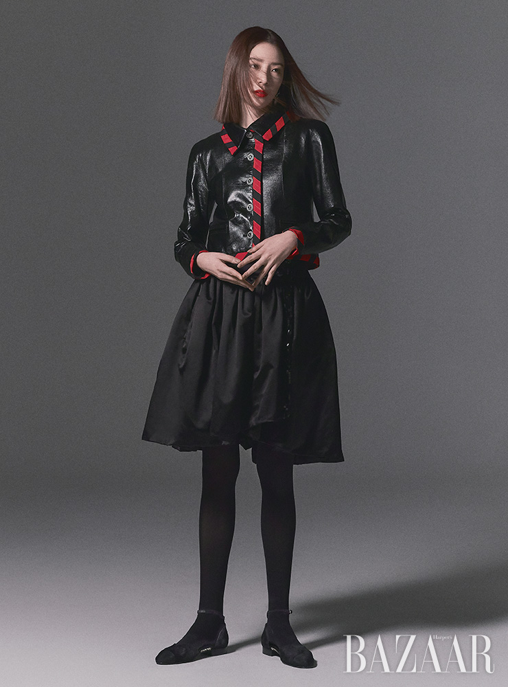 스트라이프 트리밍 재킷, 스커트, 리본 장식 귀고리, 오픈 슈즈는 모두 Chanel.