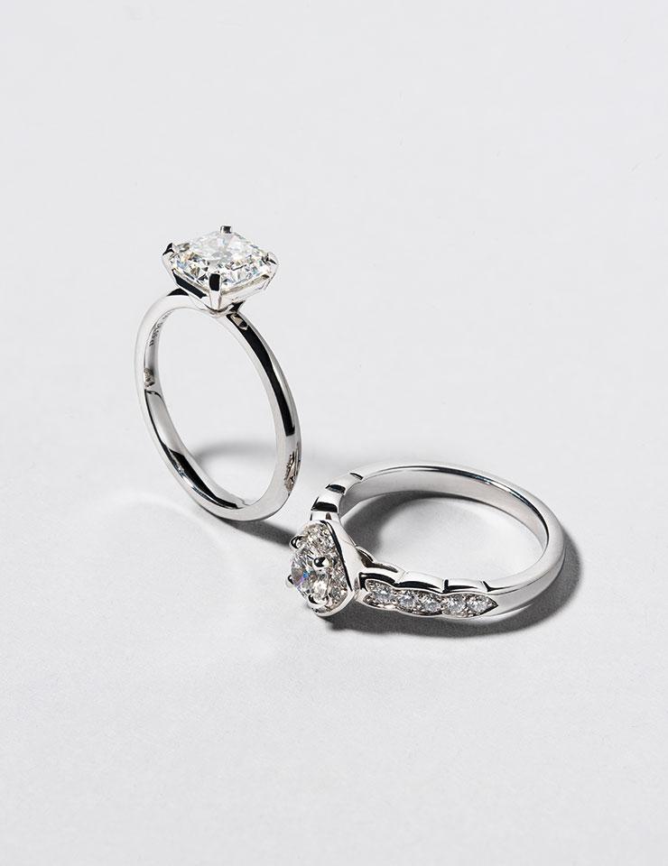 플래티넘 소재의 티파니 트루 링은 가격 미정, Tiffany & Co. 코코 크러쉬 웨딩 링은 가격 미정, Chanel Fine Jewelry.