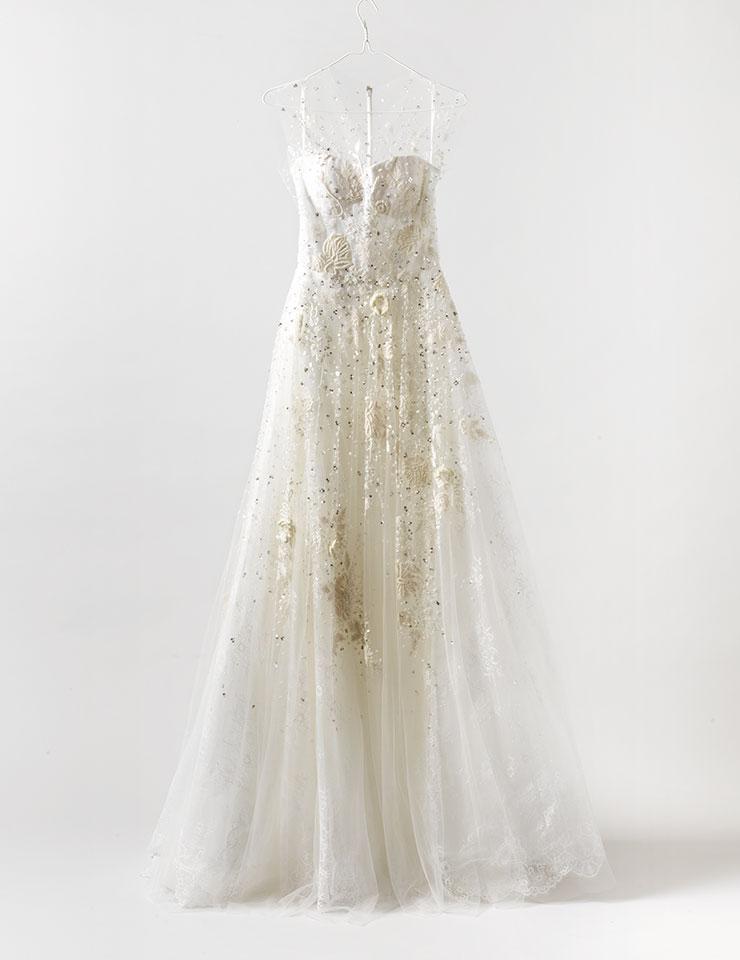 자수와 비즈로 장식한 웨딩드레스는 가격 미정, Reem Acra by Heritique New York.
