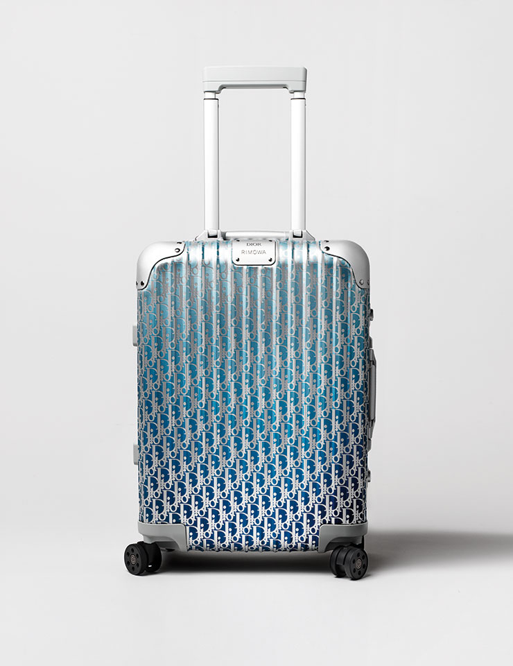 디올 오블리크 알루미늄 그러데이션 캐빈 수트케이스는 5백11만원, Dior & Rimowa.