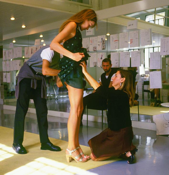 1994년 10월 13일. 컬렉션 의상을 점검하고 있는 미우치아 프라다. 그녀의 앞에 서 있는 모델은 카를라 브루니. Ⓒ게티 이미지