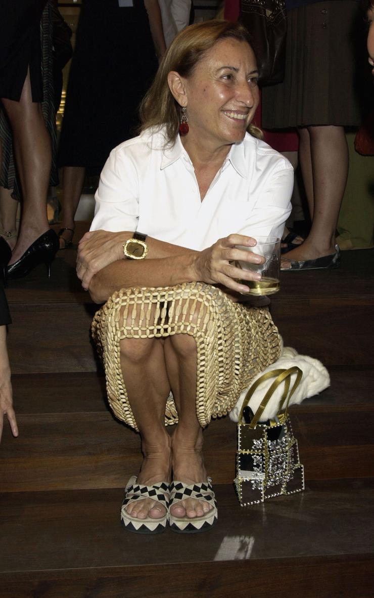 2004년 7월 15일, 프라다 비버리 힐즈 스토어 오프닝 파티에서. 그녀가 입고 있는 나무 구슬 스커트는 1990 S/S 컬렉션 작품이다.