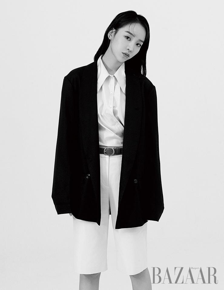 셔츠, 재킷 모두 Lemaire. 쇼츠, 벨트는 모두 Lanvin Collection.