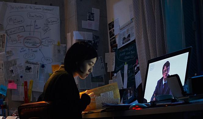 """영화 〈 신문기자〉 중 요시오카 에리카( 심은경)의 대사 """"그 누구보다 자신을 믿고 의심하라"""""""