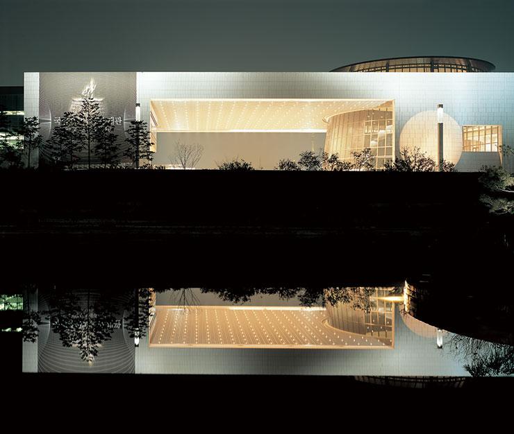 조명 디자인은 빛과 어둠을 설계하는 일이라는 고기영의 철학이 드러나는 국립중앙 박물관의 야경.