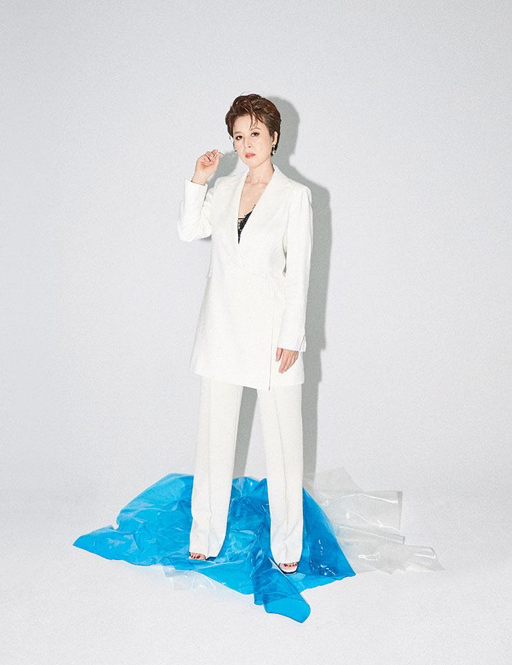 크림 컬러 블레이저 원피스와 스트레이트 팬츠는 모두 Zara.