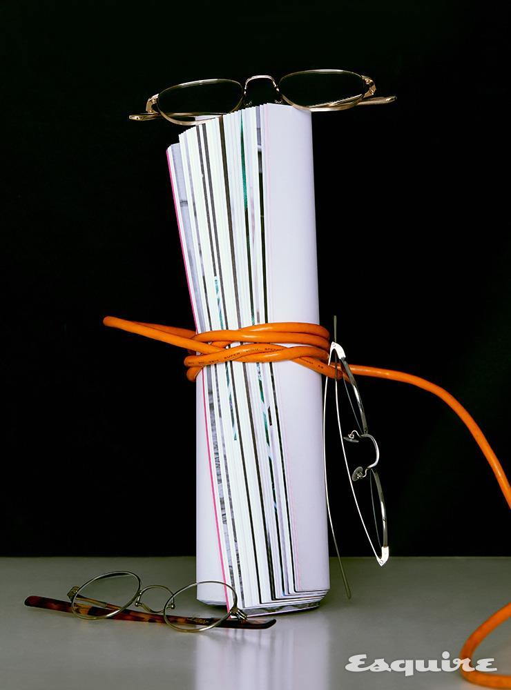 (위부터) 더 로우와 협업한 둥근 사각 프레임 안경 40만원대 올리버 피플스 by 룩소티카. PVD 코팅으로 내구성을 높인 실버 컬러 안경 89만원 몬테로사 by 씨샵플래그쉽. 콧등 모양에 맞춰 코패드가 움직이는 앤티크 골드 컬러 안경 79만원 르노 by 씨샵플래그쉽.