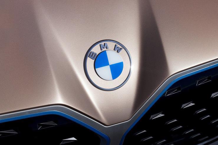 BMW가 23년 만에 새로운 로고를 선보였다.