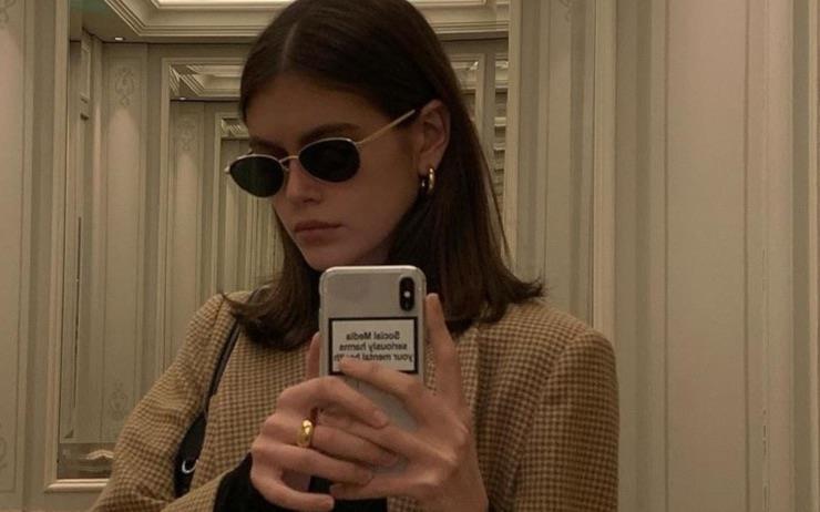 신디 크로포드의 딸로 패션계에 화려하게 데뷔한 카이아 거버. 남다른 패션 감각으로 따라하고 싶은 OOTD를 선보이는 카이아가 머리부터 발끝까지 걸친 모든 아이템을 알려 드립니다!