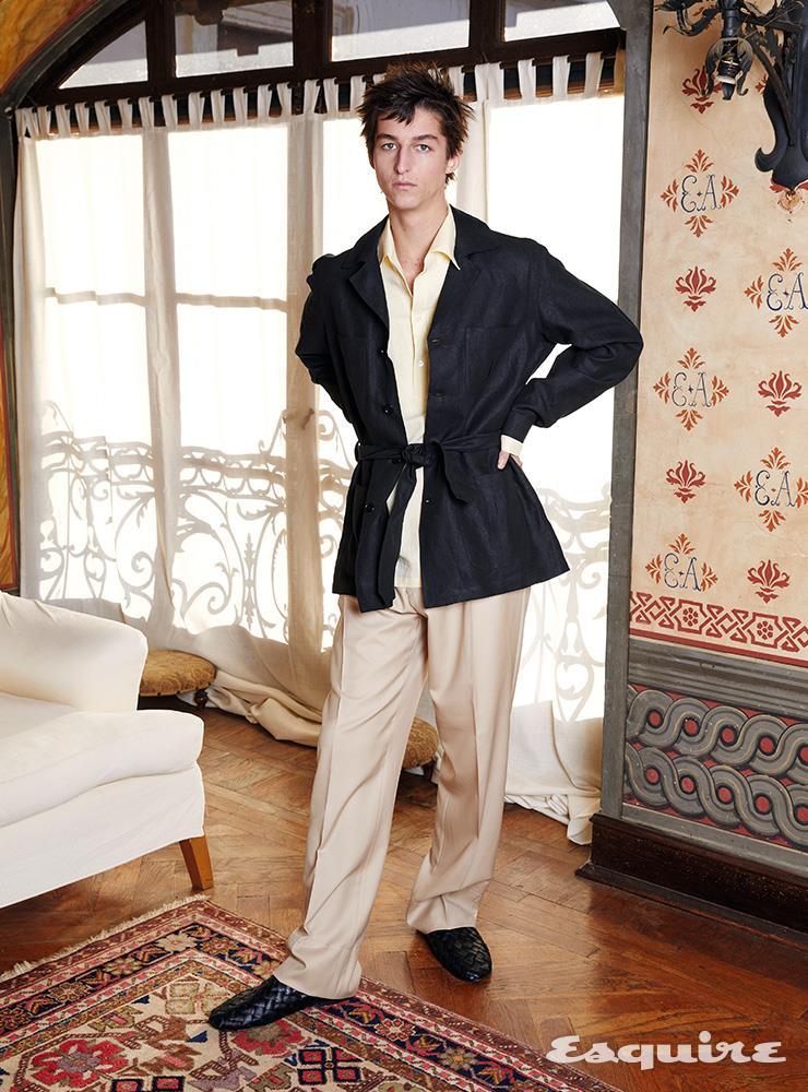 크림색 재킷 일레븐티. 스트라이프 재킷 메종 마르지엘라. 스트라이프 셔츠 알레산드로 게라르디.