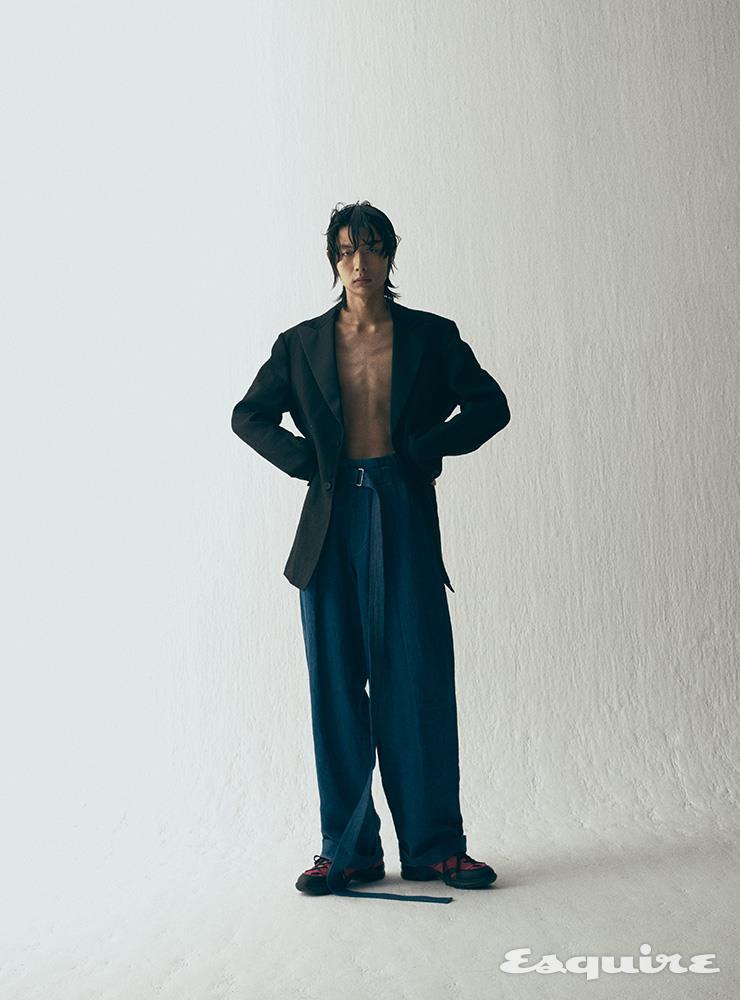 턱시도 재킷, 데님 팬츠, 부츠 모두 가격 미정 로에베.