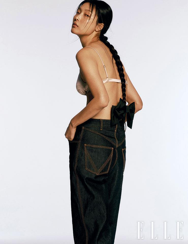 인디고 데님 팬츠는 1백17만원, Bottega Veneta. 리본 헤어핀은 4만2천원, Elizabeth Moments. 브라는 스타일리스트 소장품.