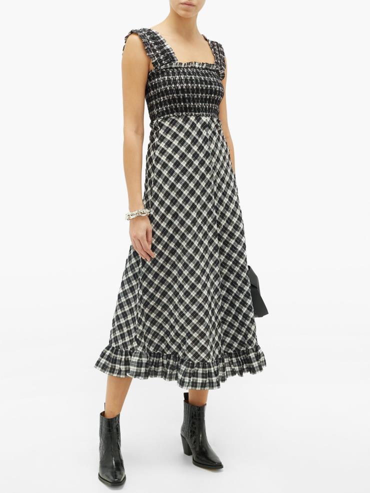 스퀘어넥 코튼 블렌드 깅엄 체크 드레스는 27만 5천원, GANNI by MATCHESFASHION.