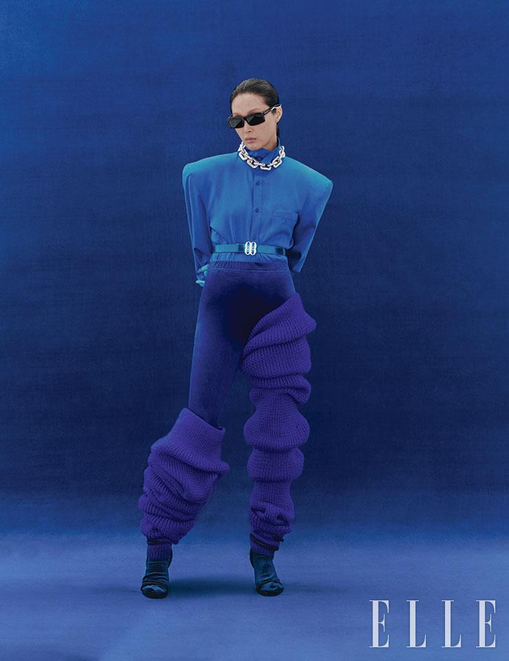 셔츠와 벨벳 팬츠, 니트 워머, 벨트는 가격 미정, Bonbom. 스털링 실버 네크리스는 6백42만5천원, Bottega Veneta. 선글라스는 52만5천원, Balenciaga by Kering.