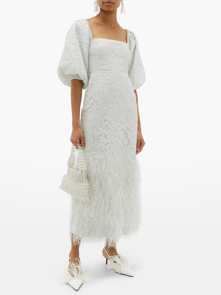 플로럴 패턴의 퍼프 슬리브 깃털 스커트 드레스는 80만 7천원, GANNI by MATCHESFASHION.