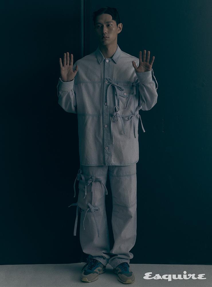 데님 셔츠, 데님 팬츠, 스니커즈 모두 가격 미정 루이 비통.