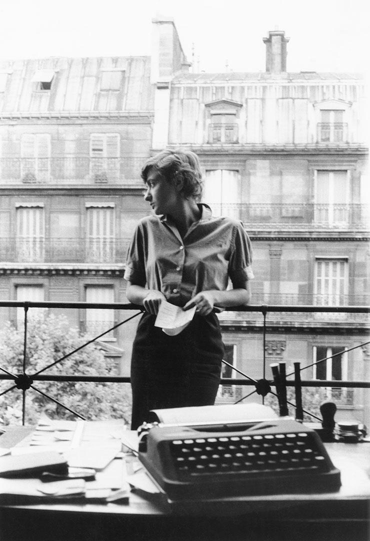 파리의 아파트에서.