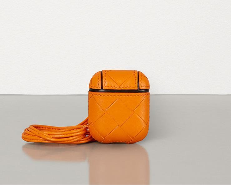 비비드한 컬러감이 돋보이는 케이스는 57만원으로 Bottega Veneta.