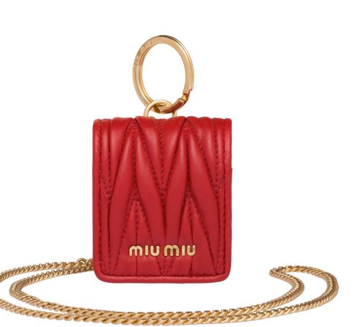 체인 장식의 에어팟 케이스는 43만원으로 Miu Miu.