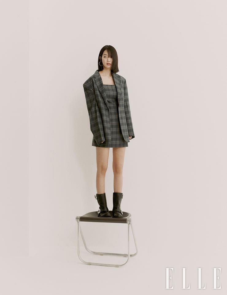 버클 장식의 '비브 바이커 부츠'는 Roger Vivier. 슬립 드레스와 체크 재킷은 모두 Instantfunk.