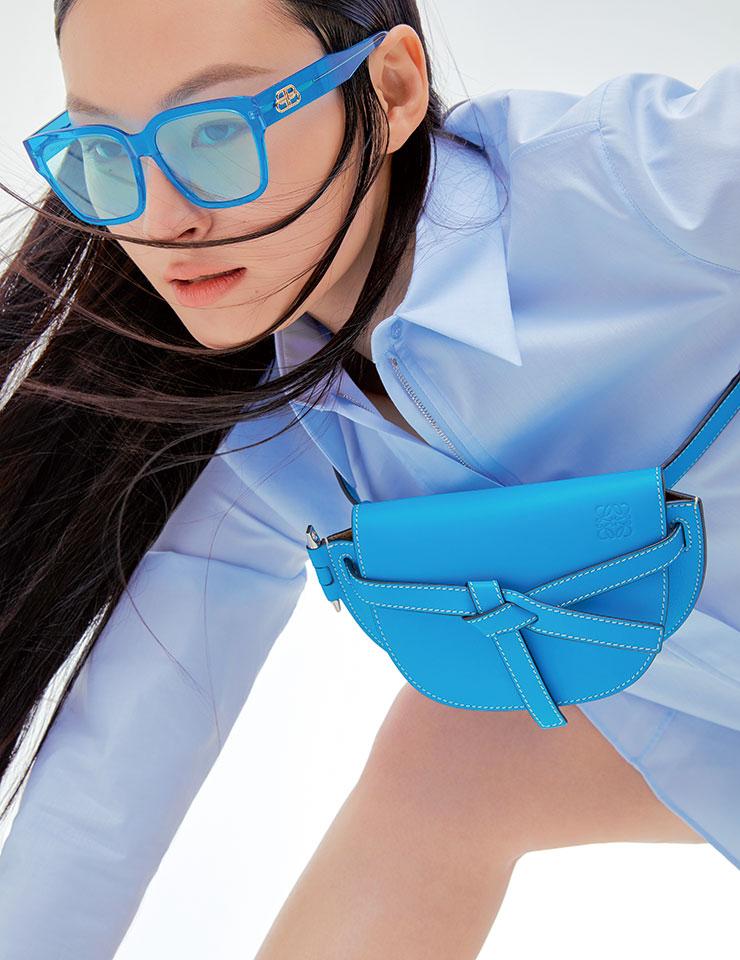 베이식한 트윌 패치 셔츠는 가격 미정, Akris. 쇼츠는 가격 미정, Opening CeremonyxYoox.com. 미니 크로스백은 1백90만원, Loewe. 블루 렌즈 선글라스는 50만원대, Balenciaga.