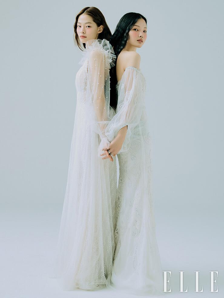 아현이 입은 로맨틱한 어깨 장식의 드레스는 Annylin by Esmeralda. 주향이 입은 오프숄더 디테일의 드레스는 Rita Vinieris by My Daughter's Wedding. 레이어드한 화이트 골드 링은 모두 Bvlgari.