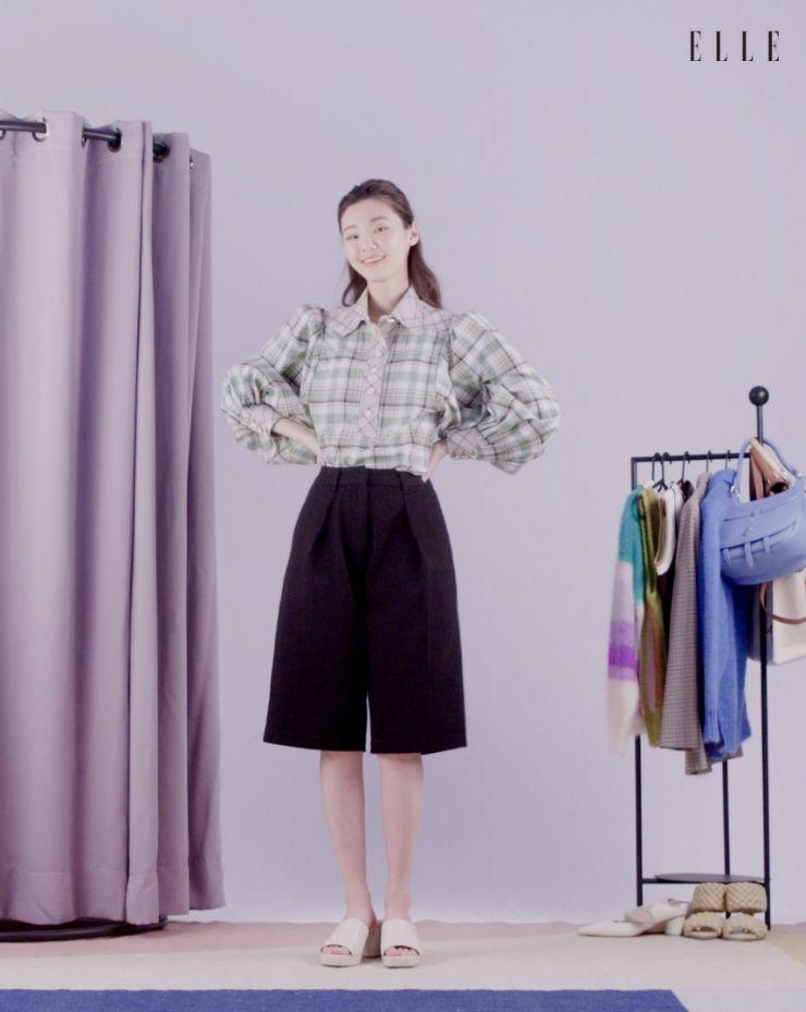 체크 셔츠는 Louis Vuitton.