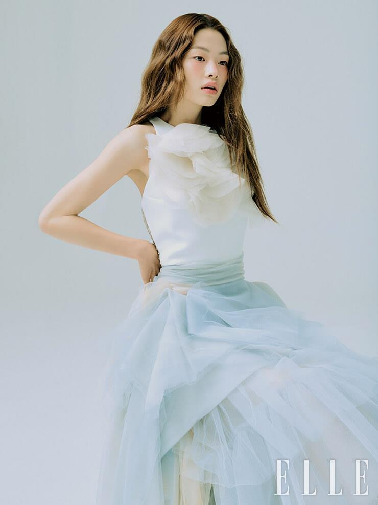 빅 플라워 장식의 톱과 티어드 스커트는 모두 Maticevski by Beyond the Dress.