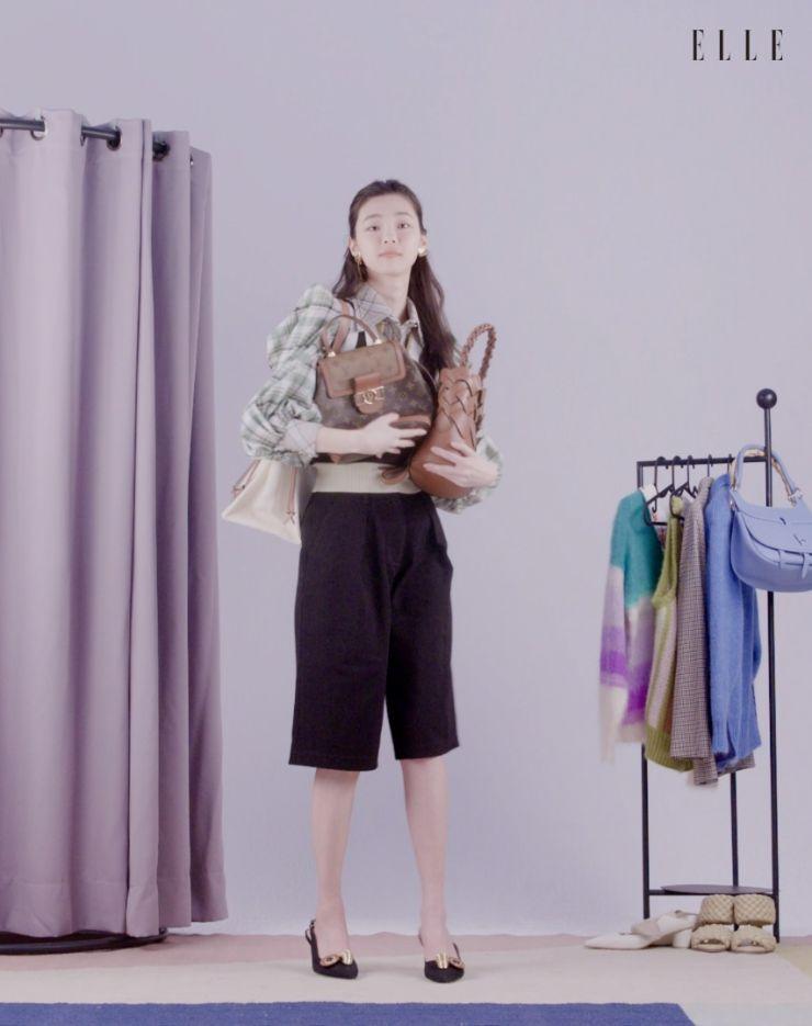 백팩은 Louis Vuitton.